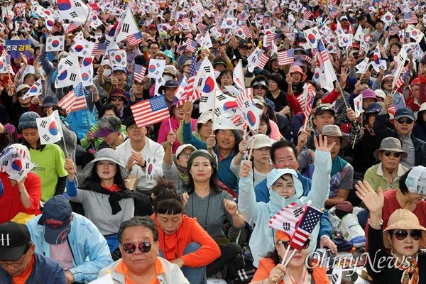 9일 오후 서울 종로구 광화문 광장 일대에서 열린 '문재인 하야 범국민 2차 투쟁대회'에서 참가자들이 태극기와 성조기를 흔들며 구호를 외치고 있다.