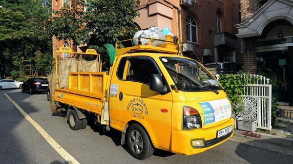 쓰레기 수거 차 1톤 트럭을 개조한 쓰레기 차가 다세대 주택 단지 곳곳을 다니며 쓰레기를 수거하고 있다.