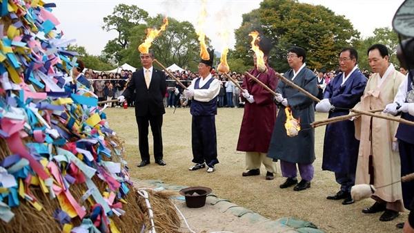지난해 열린 '해미읍성축제' 폐막식에서 맹정호 서산시장을 비롯해 축제 관계자들이 달집태우기를 하고 있다.