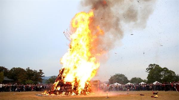 지난해 열린 '해미읍성축제'에서 시민들의 소원을 담은 소원지와 함께 달집태우기가 열리고 있다.