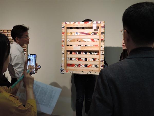 신성희 I '연속성의 마무리' 캔버스에 아크릴 73×61.5cm 1993 뒤면도 한치의 오차가 없도록 꼼꼼하게 계산하다.