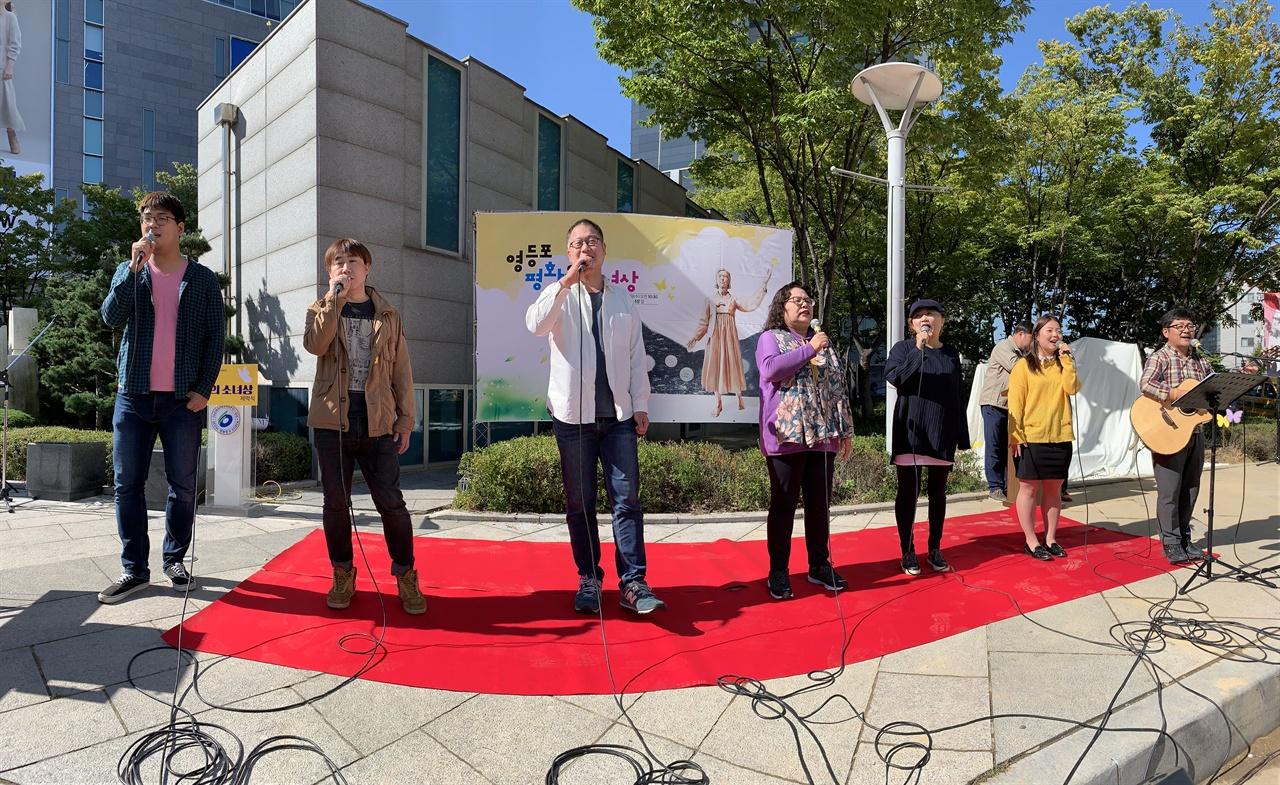 9일 영등포평화의소녀상 제막식에서 예술공동체<마루>노래소모임 '빈칸'이 축하공연을 하고 있다