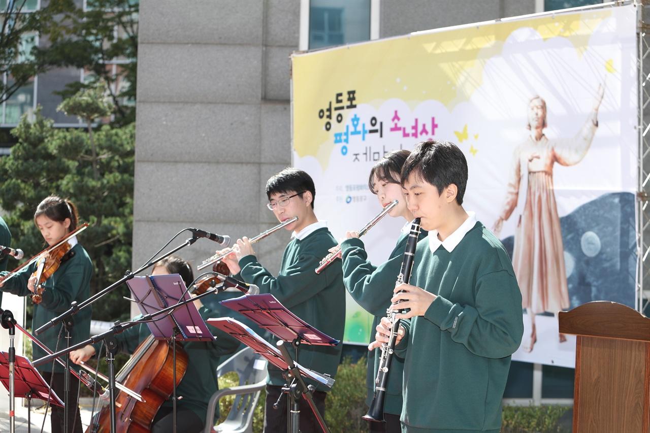 9일 영등포평화의소녀상 제막식에서 청소년 오케스트라 '울림'이 축하공연을 하고 있다.