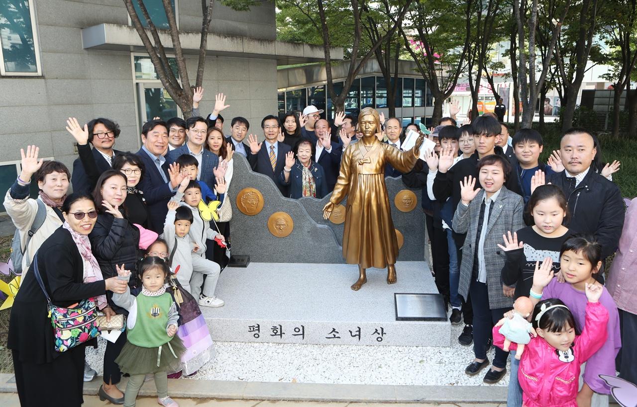 9일 영등포평화의소녀상 제막식 참석자들이 영등포평화의소녀상과 함께 기념촬영을 하고 있다.