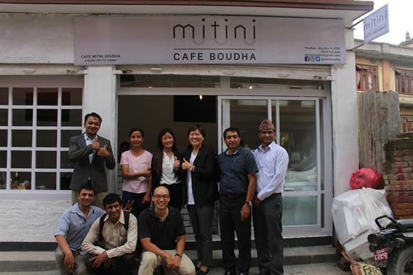 네팔 미티니 2호점 오픈 때 다와씨와 오픈에 도움을 준 사람들과 함께.