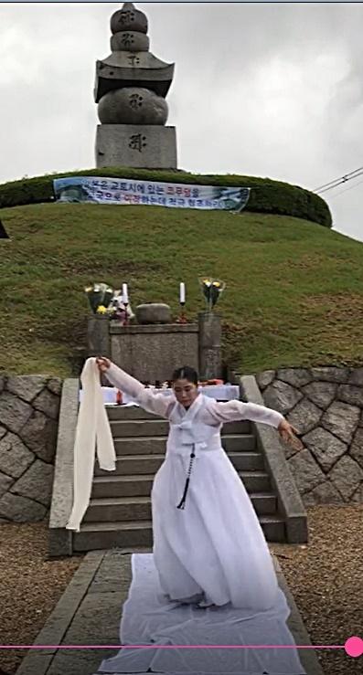 지난 8일 '코 무덤 송환을 위한 항일 역사순례단'(제안자 고형권)이 일본 교토 히가시 야마구에 있는 코 무덤(이총공원)을 방문해 유해송환을 요구했다. 이날 추모제에서 금비예술단장이 넋을 위로하는 진혼무로 추고 있다.