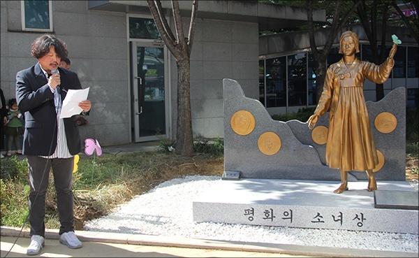 손권일 작가 '영등포 평화의 소녀상'에 담긴 의미를 설명하는 제작자 손권일 작가