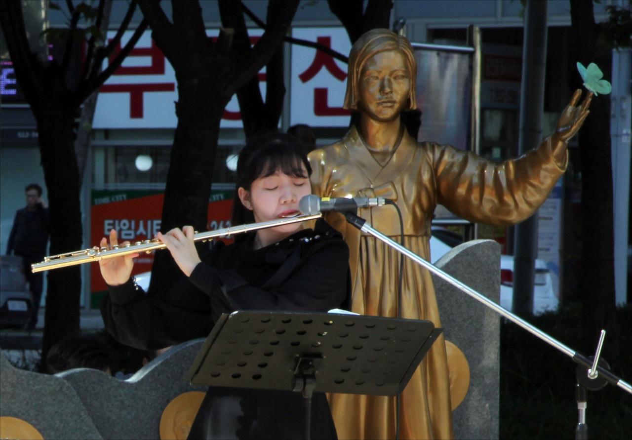 축하공연 변미솔 축하공연을 하는 영등포 평화의 소녀상 홍보대사이자 플루트 천사 변미솔 양