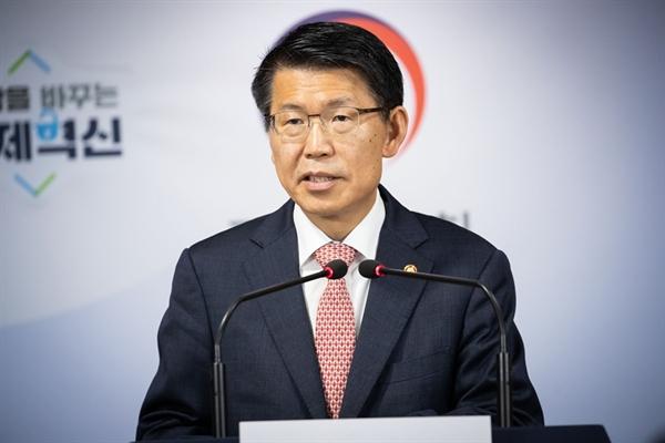 은성수 금융위원장이 10일 서울 종로구 정부서울청사에서 기자간담회를 열어 질문에 답하고 있다.