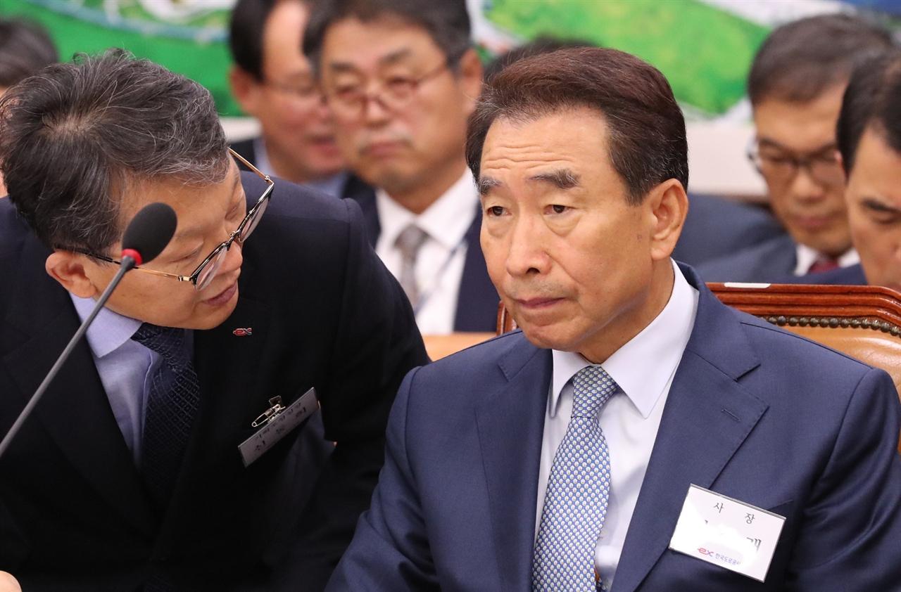 10일 오전 국회에서 열린 국토위 국정감사에 이강래 한국도로공사 사장(오른쪽)이 굳은 표정으로 참석해 있다