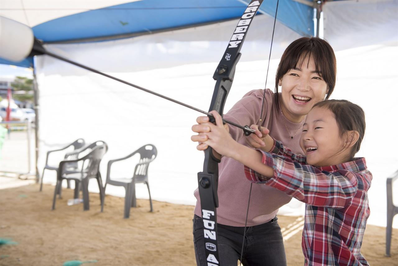 예천에서 활쏘기 체험을 하며 즐거운 시간을 보내는 엄마와 딸.