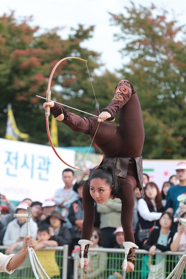 예천 세계활축제에 참여한 '글로벌 활 시연단'의 아찔한 공연이 펼쳐지고 있다.