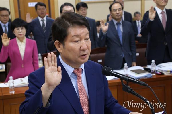 10일 오전 대구시청에서 열린 국회 행정안전위원회 국감에서 권영진 대구시장이 선서를 하고 있다.