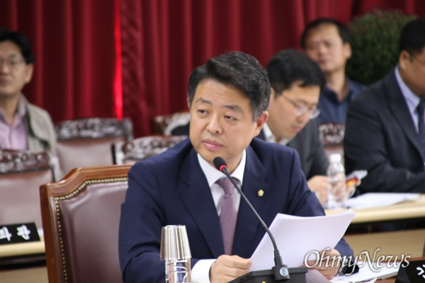 10일 대구시청에서 열린 국회 행정안전위 국감에서 김영호 의원(더불어민주당)이 질의를 하고 있다.