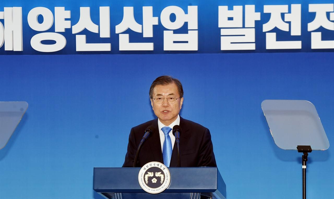 문재인 대통령이 10일 충남도청 본관 로비에서 11번째 전국경제투어에 참석해 '해양수산 신산업 혁신전략'을 발표하고 있다.