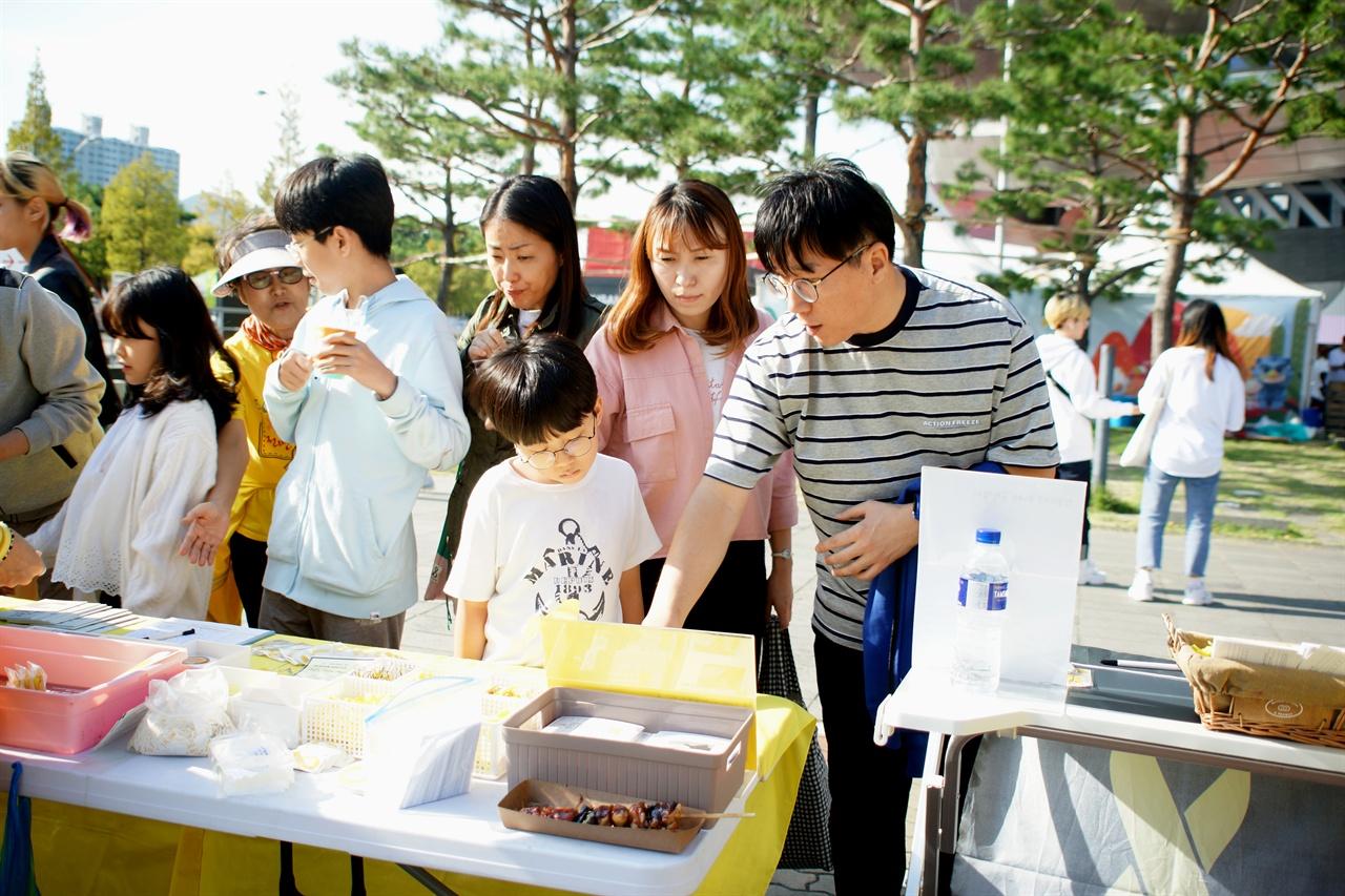 세월호참사 진상규명 활동에 참여하고 있는 시민들. .