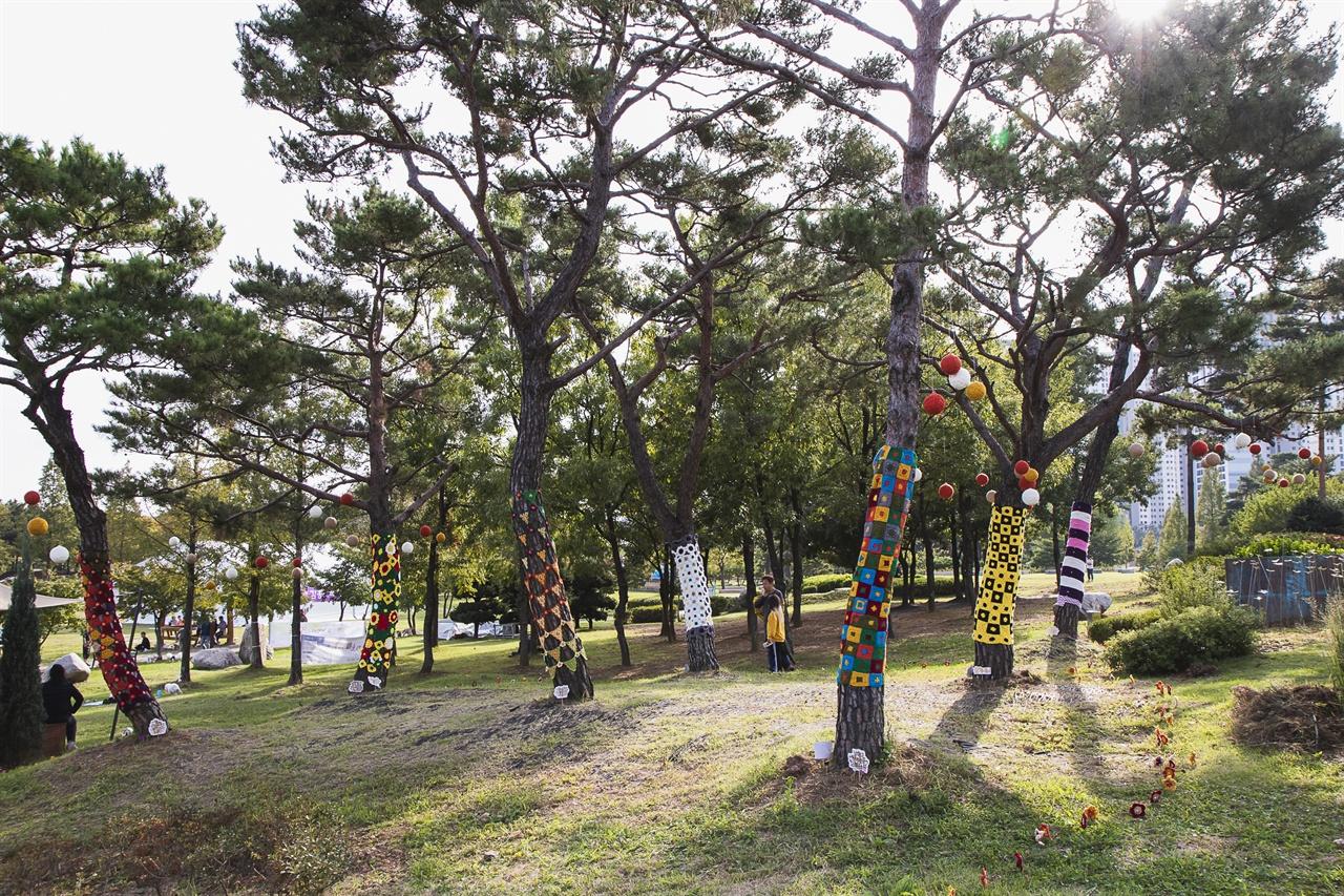 나무옷 세월호 엄마들이 만든 뜨개옷을 입은 나무들