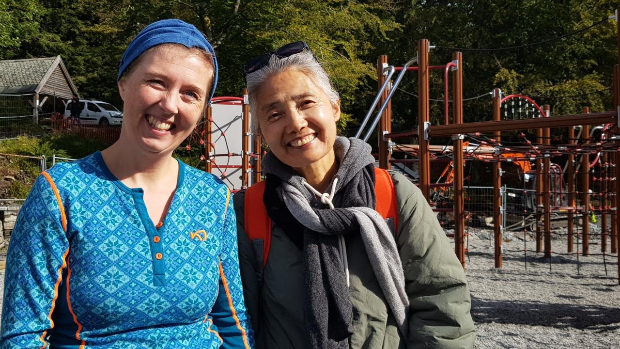 세 아이를 키우고 있는 37세의 노르웨이 직장인, 이리아 씨가 세 아이를 키운 60세의 한국 직장인 아내와 노르웨이와 한국의 육아에 대해 얘기를 나누었다.