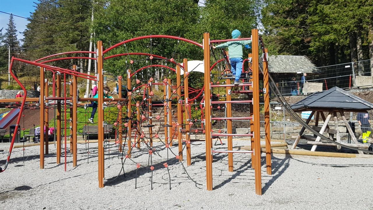 놀이터의 놀이기구는 아이의 성장에 대한 어른들의 태도를 짐작할 수 있다.