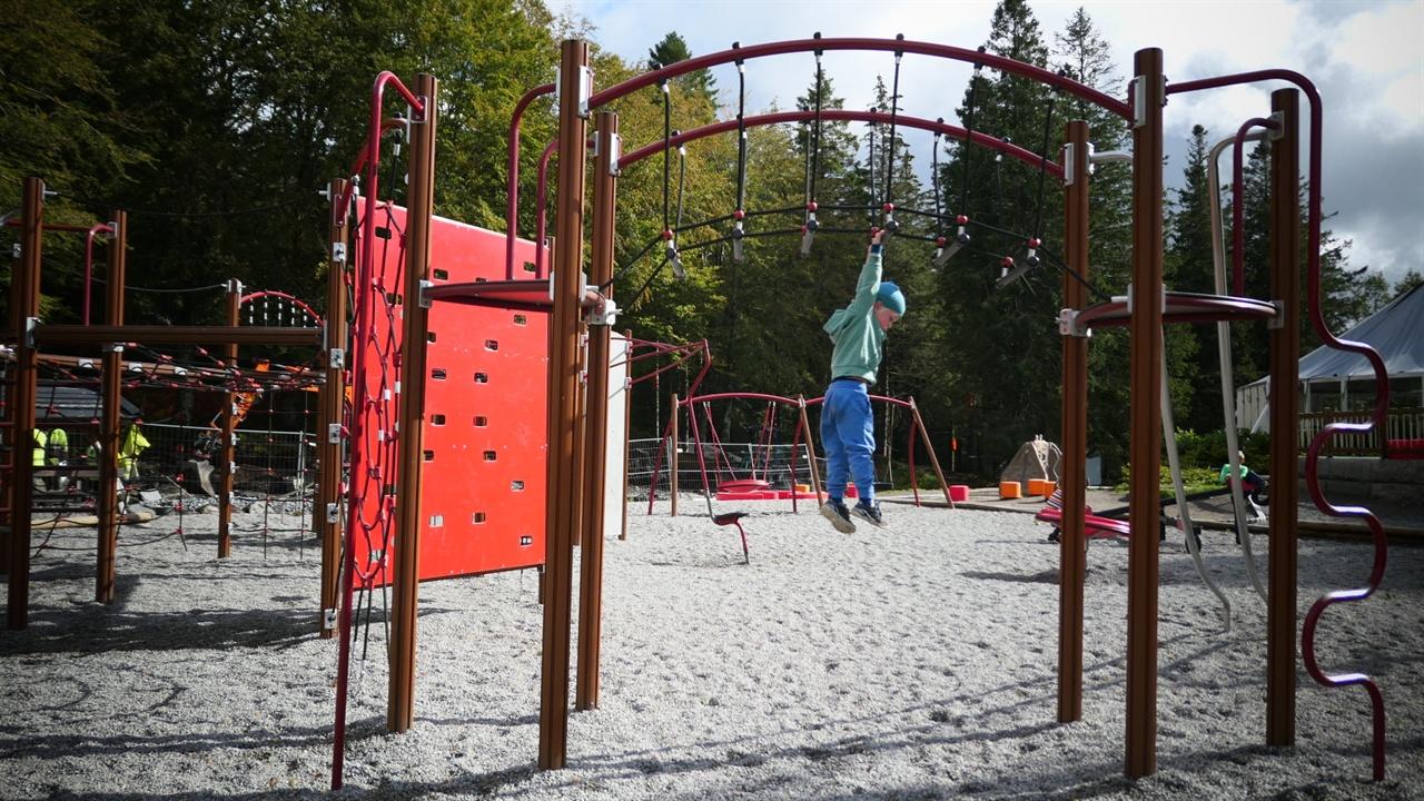 뛰어내리고 있는 다섯 살 아이나의 키로 놀이시설의 높이를 짐작할 수 있다.