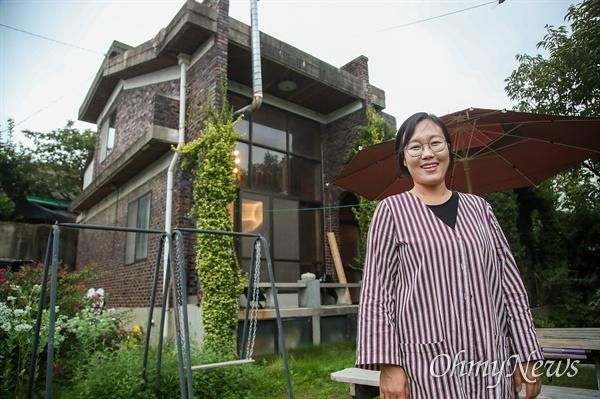 고은설 도시재생 전문가는 전주 노송동 재개발 지역 빈집을 고쳐 문화 공간과 주민 모임 장소, 게스트 하우스 만들어 마을공동체 복원 작업을 시도하고 있다.