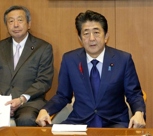 아베 신조(安倍晋三) 일본 총리가 1일 도쿄 자민당 본부에서 간부 회의에 참석하고 있다. 2019.10.1