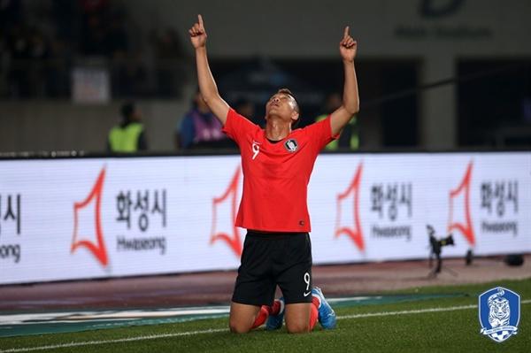 김신욱이 10일 열린 2022 카타르 월드컵 아시아 지역 예선 2차전 스리랑카와의 경기에서 골을 터드린 후 세레머니를 하고있다.