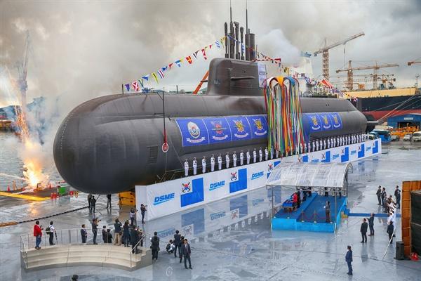 대우조선해양이 건조중인 대한민국 최초 3,000톤급 잠수함인 '도산안창호함'(장보고-III 1차사업 1번함) 진수식 모습.