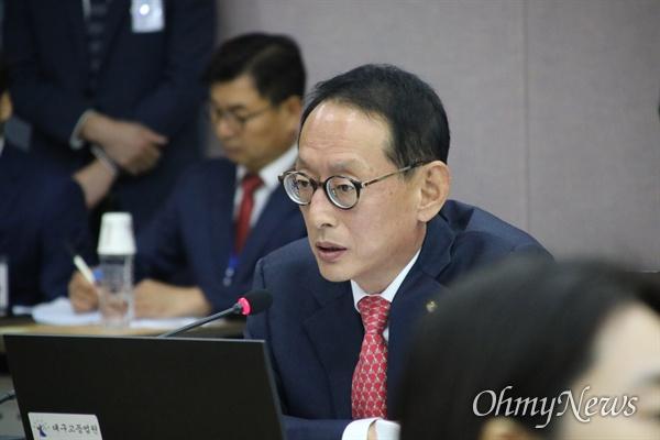 11일 대구고법에서 열린 국회 법제사법위원회 국감에서 김도읍 자유한국당 의원이 질문을 하고 있다.