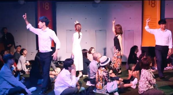 커뮤니티비프 이색 상영 <댄스 이머시브 : 피나> 영화 상영 중간 중간 무용가들의 공연이 펼쳐지고 있다.