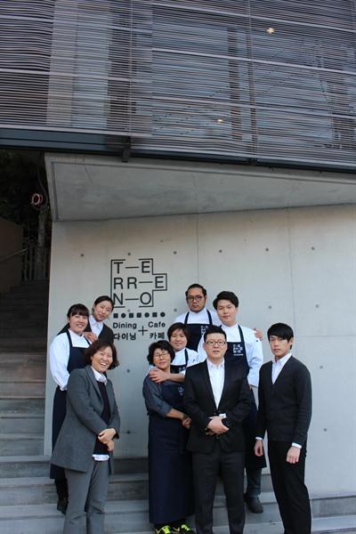 사회적 기업 오요리아시아가 운영하는 스패니시 레스토랑 '떼레노'의 스태프들.