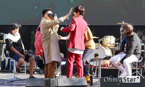 YB, VR로 뮤직비디오 제작! 록그룹 YB((윤도현, 박태희, 김진원, 허준, 스캇 할로웰)가 11일 오후 서울 성산동 문화비축기지에서 열린 정규 10집 < Twilight State > 발매 쇼케이스에서 VR로 제작된 뮤직비디오를 보고 있다.  '딴짓거리(feat. Soul of Superorganism)', '생일', '나는 상수역이 좋다' 등 총 3곡을 타이틀곡으로 삼은 정규 10집은  YB의 '진화하고 싶은 마음'과 위로의 메시지를 담고 있다.