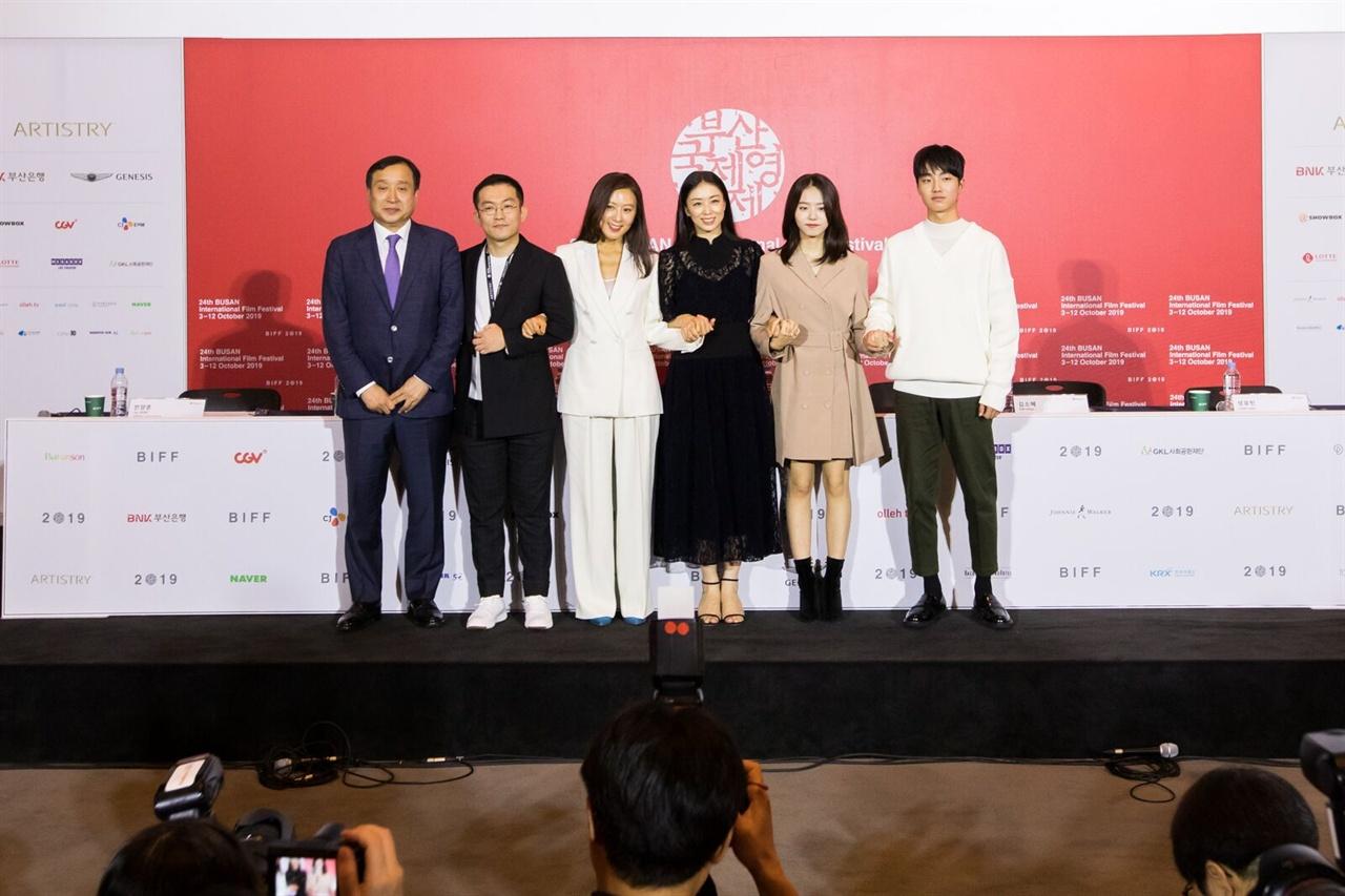 부산영화제 폐막작 <윤희에게> 임대형 감독과 배우
