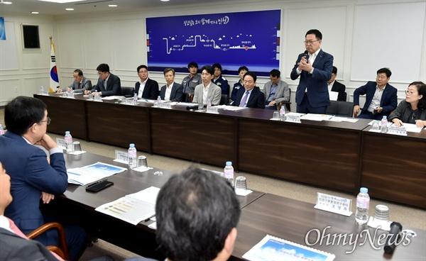 박남춘 인천시장이 10월 11일 시청 장미홀에서 열린 '미세먼지 공동대을 간담회'에서 인사말을 하고 있다.