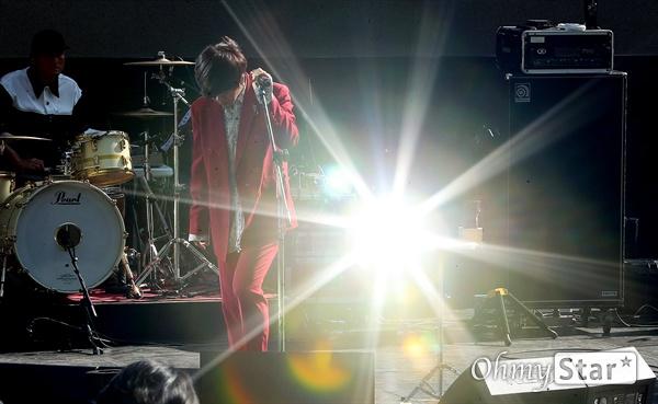 YB, 듣는 즐거움! 록그룹 YB((윤도현, 박태희, 김진원, 허준, 스캇 할로웰)가 11일 오후 서울 성산동 문화비축기지에서 열린 정규 10집 < Twilight State > 발매 쇼케이스에서 타이틀곡 '딴짓거리(feat. Soul of Superorganism)', '생일', '나는 상수역이 좋다'를 선보이고 있다. '딴짓거리(feat. Soul of Superorganism)', '생일', '나는 상수역이 좋다' 등 총 3곡을 타이틀곡으로 삼은 정규 10집은  YB의 '진화하고 싶은 마음'과 위로의 메시지를 담고 있다.
