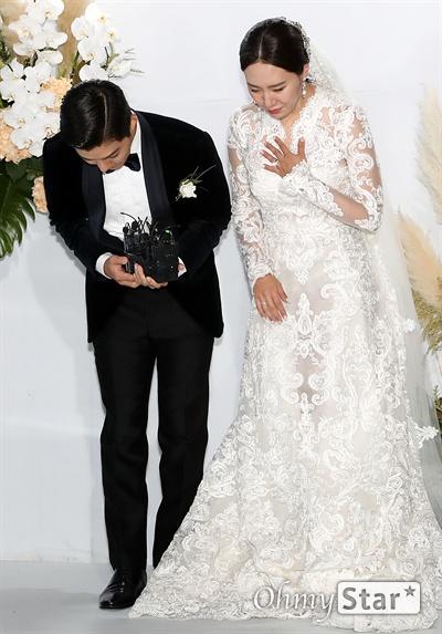 강남-이상화, 잘 살겠습니다! 한 예능 프로그램에서 만나 부부의 연을 맺게 된 가수 강남과 전 스피드스케이팅선수 이상화가 12일 오후 서울 광장동의 한 호텔에서 결혼식을 올린 뒤 인사를 하고 있다.