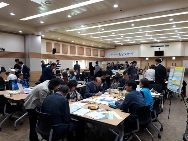 모둠별로 토론 중인 시민들 2019 전남지역 평화와 통일을 위한 사회적 대화에 참석해 토론 중인 시민들