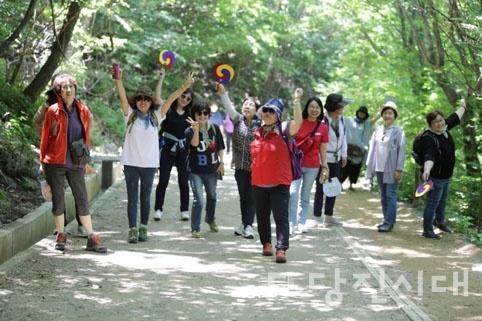 올해 당진온로타리클럽은 회장 이·취임을 기념하며 기념식 대신 회원들과 함께 전남 구례로 여행을 떠났다.