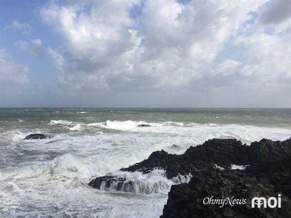 경주 양남 주상절리 해변가에 강한 바람과 높은 파도로 인해 주상절리 모습이 잘 보이지 않는 모습