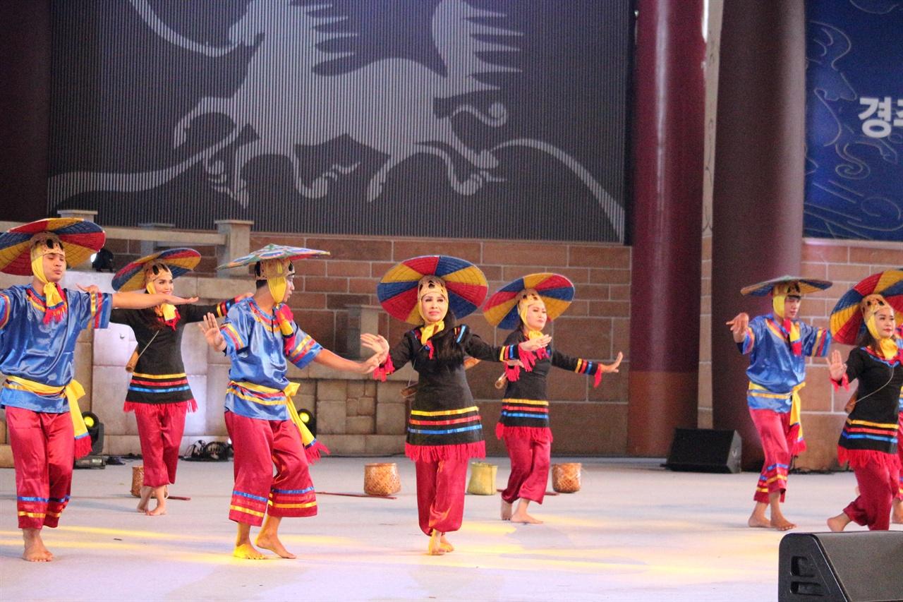 캄보디아 공연 모습 캄보디아 민속춤 공연 모습이다.