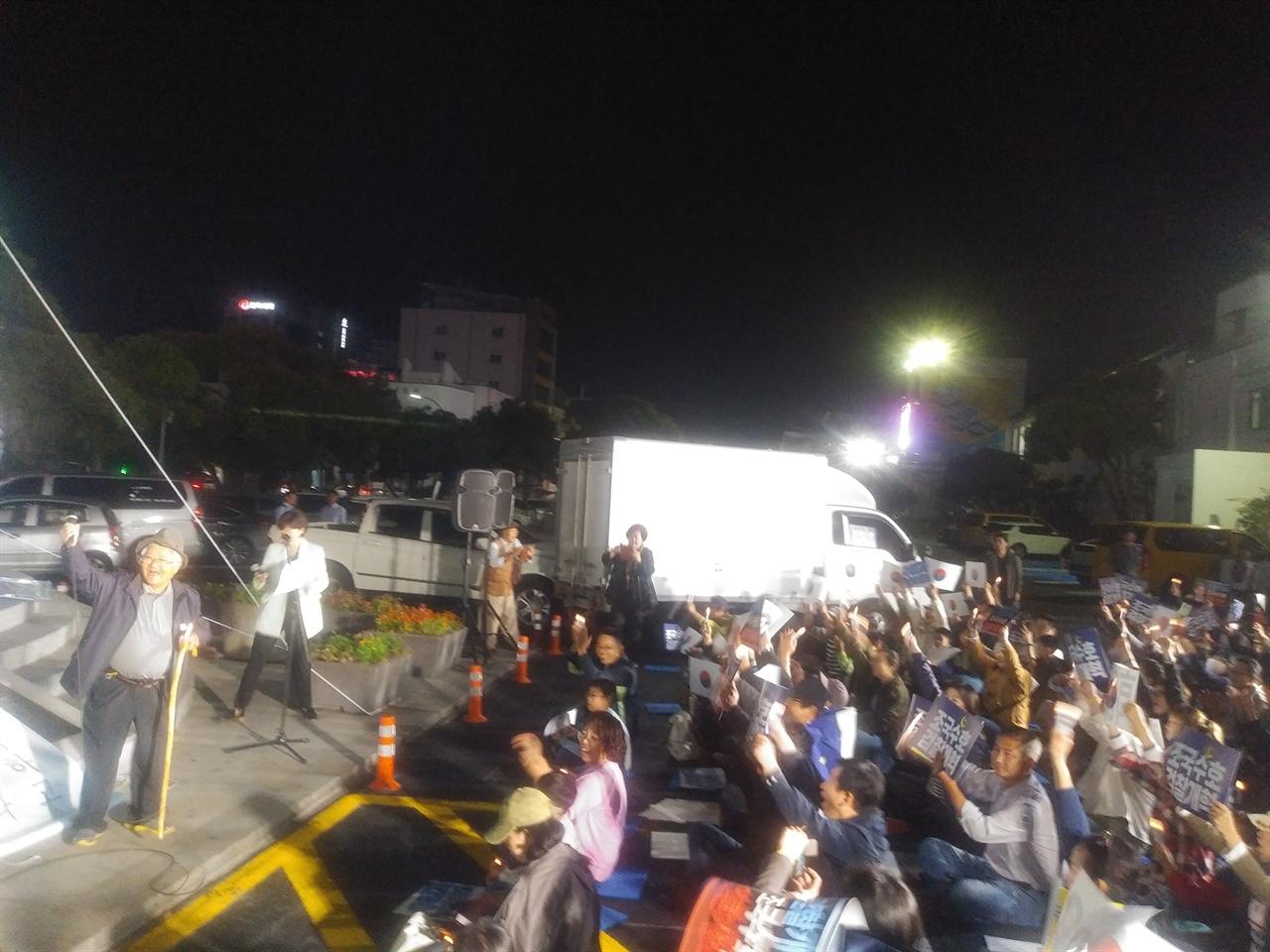 제주촛불집회 대규모 서초촛불집회가 열린 12일, 제주에서도 '검찰이 왕이우꽈?' 집회가 열려 시민들이 '검찰개혁, 조국수호'를 연호하고 있다.