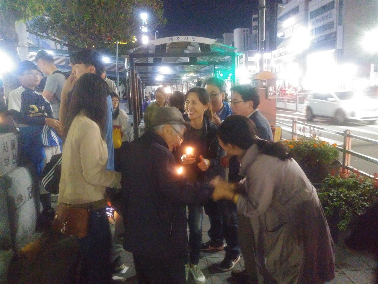 제주촛불현장 제주시민과 인사나누는 채 이사장