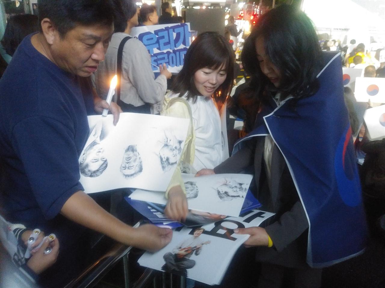 제주촛불집회 시민들이 촛불집회를 참가하기 위해 홍보물을 받고 있다.