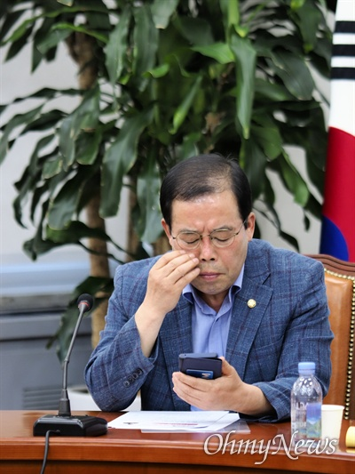 휴대전화 보는 박성중 박성중 자유한국당 미디어특위 위원장이 13일 오후 당 언론장악저지 및 KBS 수신료 분리징수 특별위원회 회의에 참석해 발언 후 자신의 휴대폰을 보고 있다.