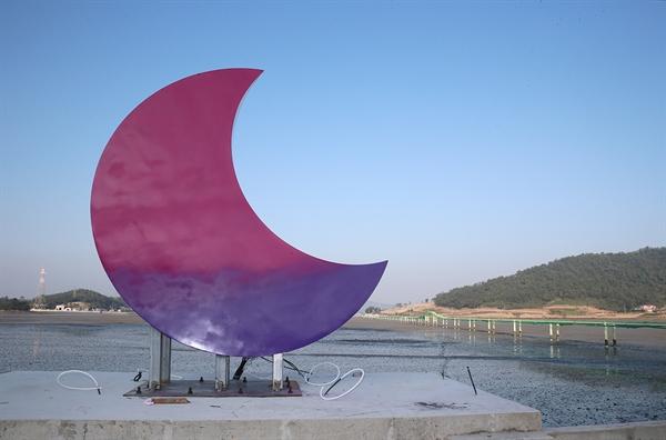 반월도를 상징하는 섬마을 어귀의 달도 보랏빛으로 채색 중이다.