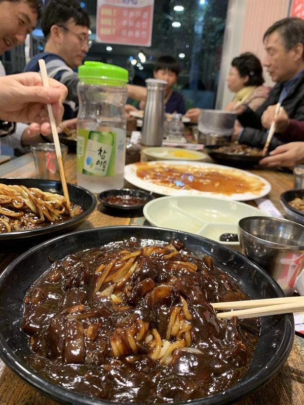 여행의 대미를 장식한 오늘의 저녁식사, 짜장면입니다! 중국을 여행하는 동안 계속 한식을 먹어서인지, 돌아와서 제일 먼저 먹은 메뉴는 중국 식당의 짜장면과 갓 튀겨낸 탕수육이었습니다. 이렇게나 위트 넘치고 단함되는 동료들과 함께한 여행이라, 너무나 즐거웠어요! 감사합니다.