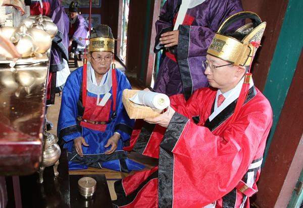 13일 김해 수로왕릉 숭선전에서 봉행된 가락국 시조대왕 숭선전 추향대제.