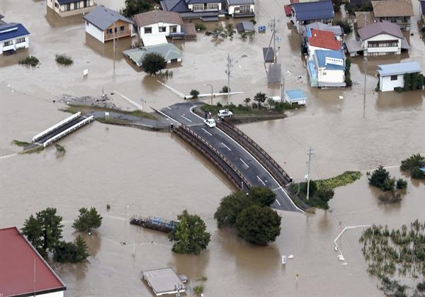 태풍 하기비스 강타로 물에 잠긴 일본 마을 13일 태풍 하기비스의 영향으로 하천 시나노가와(千曲川)가 범람하며 물에 잠긴 나가노(長野)현 나가노시의 모습.