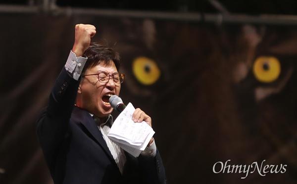 개싸움국민운동본부(개국본)을 이끌고 있는 시사타파TV 이종원 대표가 12일 오후 검찰청사가 밀집해 있는 서울 서초역 부근에서 열린 '제9차 검찰개혁 촛불문화제'에서 발언하고 있다.