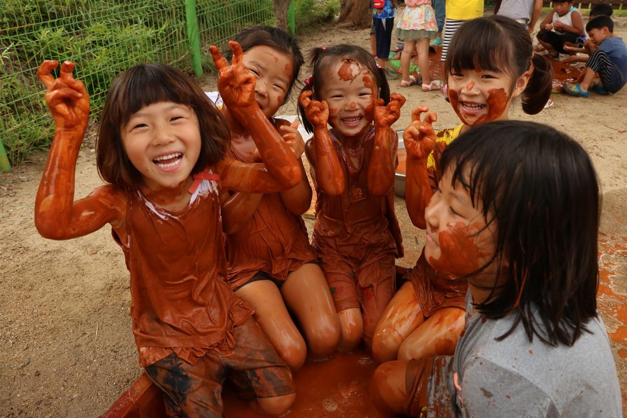 송악골어린이집에서 노는 아이들   송악골에 다니는 아이들은 자연과 놀아보는 경험을 많이 한다. 사진은 황토를 가지고 놓고 배우는 시간. 아이들 표정이 매우 밝다.